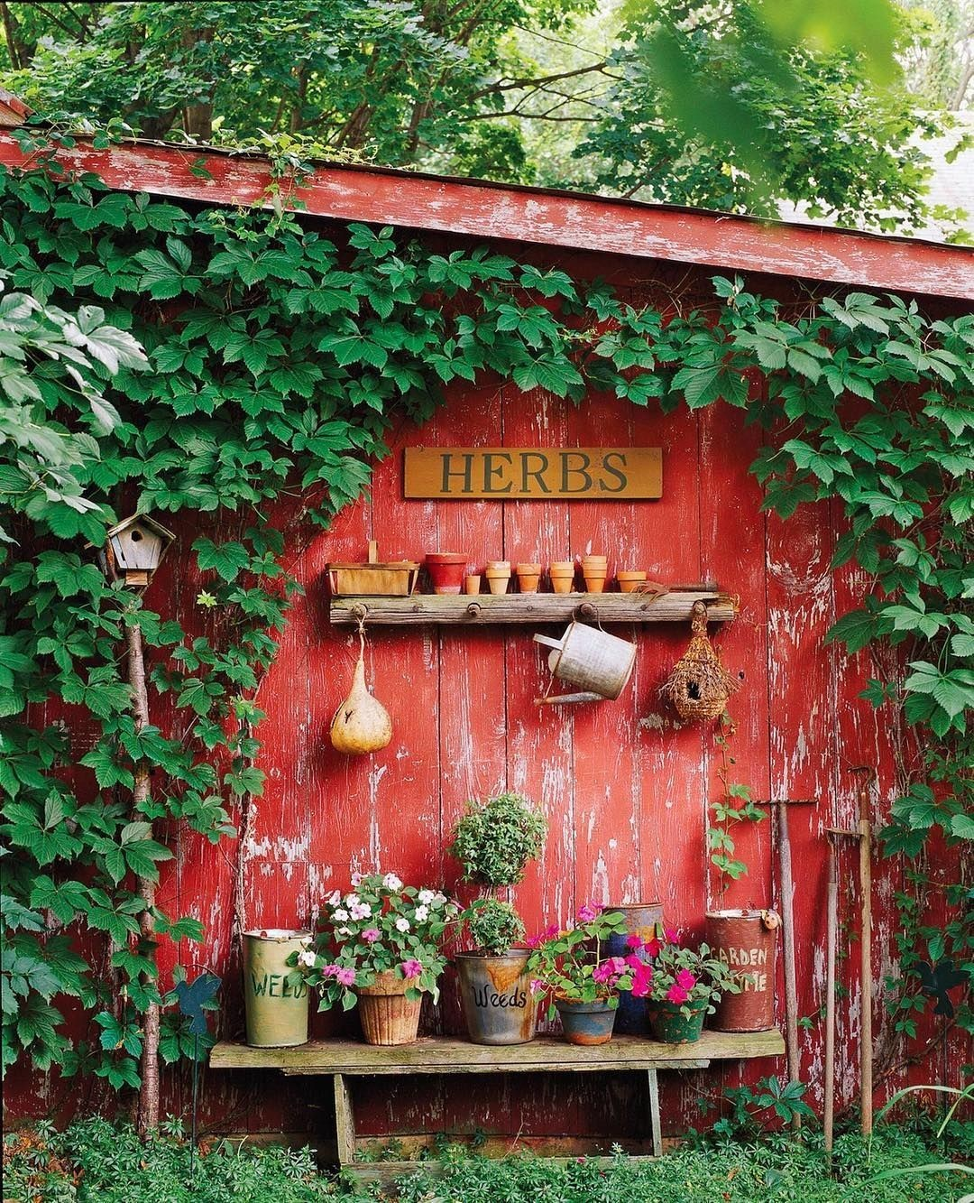 30 Pretty Vintage Garden Decor Ideas For Your Outdoor Space